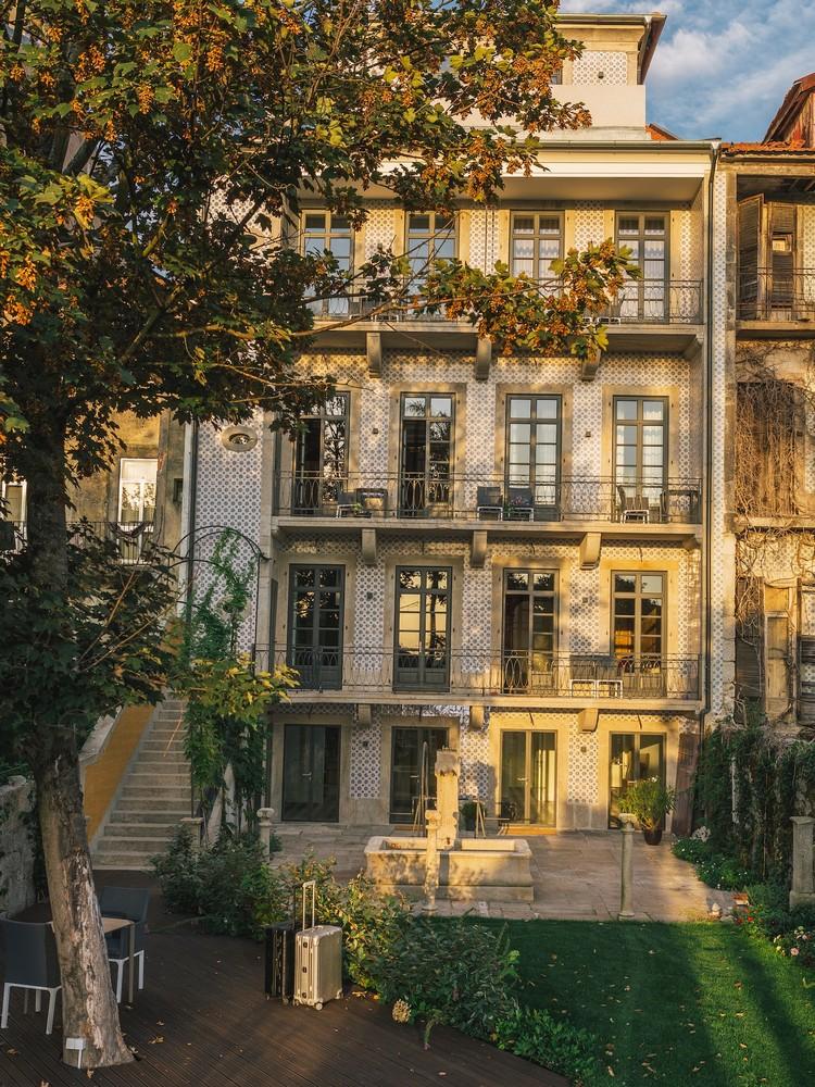 A casa Menina Colina ergue-se na Rua Doutor Alberto Aires Gouveia no centro do Porto