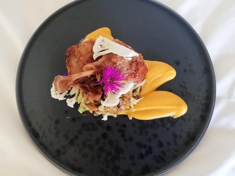 Coxa de pato, migas crocantes de feijão-frade e cenoura